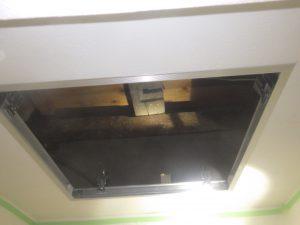 福井県越前町 アライグマ 天井裏点検口 開口中 防除研究所